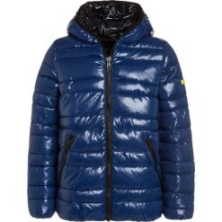 Sisley JACKET Kurtka zimowa dark blue. Niebieskie kurtki chłopięce przeciwdeszczowe Sisley, na zimę, z materiału. W wyprzedaży za 209,30 zł.