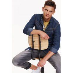 KOSZULA MĘSKA JEANSOWA O DOPASOWANYM KROJU. Szare koszule męskie jeansowe marki Top Secret, na jesień, m, z długim rękawem. Za 49,99 zł.