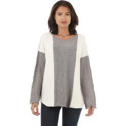 Sweter w kolorze biało-szarym. Białe swetry klasyczne damskie marki L'étoile du cachemire, z kaszmiru, z okrągłym kołnierzem. W wyprzedaży za 129,95 zł.