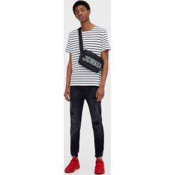 Jeansy skinny fit z przetarciami. Szare jeansy męskie relaxed fit marki Pull & Bear, okrągłe. Za 69,90 zł.