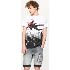 Jeansowe szorty z kieszenią cargo - Szary. Szare spodenki jeansowe męskie marki Cropp. W wyprzedaży za 69,99 zł.
