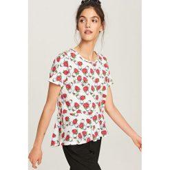T-shirt z falbanką - Kremowy. Białe t-shirty damskie marki Reserved, m, z falbankami. W wyprzedaży za 19,99 zł.