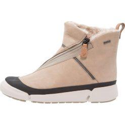 Clarks TRI IDA GTX Botki sable. Brązowe buty zimowe damskie Clarks, z materiału. W wyprzedaży za 503,20 zł.