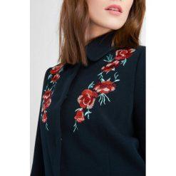 Płaszcze damskie pastelowe: Płaszcz z kwiatowym haftem