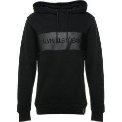 Calvin Klein Jeans STRIPE CORE LOGO HOODIE Bluza z kapturem black. Czarne bluzy męskie rozpinane Calvin Klein Jeans, m, z bawełny, z kapturem. Za 459,00 zł.