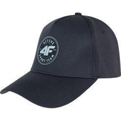 Czapka męska CAM205 - ciemny szary. Szare czapki z daszkiem męskie marki 4f, z nadrukiem, z dzianiny. Za 39,99 zł.