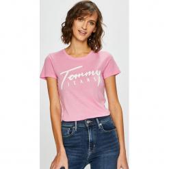 Tommy Jeans - Top. Różowe topy damskie marki Tommy Jeans, l, z nadrukiem, z bawełny, z okrągłym kołnierzem. Za 139,90 zł.