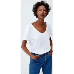 Koszulka basic z dekoltem w serek. Niebieskie t-shirty damskie marki Pull&Bear. Za 29,90 zł.