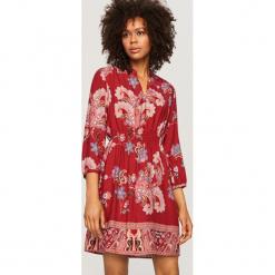 Sukienka we wzory - Czerwony. Czerwone sukienki marki Reserved. W wyprzedaży za 99,99 zł.