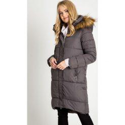 Długa szara kurtka z futrzanym kapturem QUIOSQUE. Brązowe kurtki damskie pikowane marki QUIOSQUE, z bawełny, z standardowym stanem, midi, dopasowane. Za 399,99 zł.