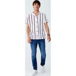 Koszula w pionowe paski z klapami. Czerwone koszule męskie w paski marki Pull&Bear, m. Za 79,90 zł.