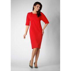 Czerwona Elegancka Prosta Sukienka z Asymetrycznym Zapięciem. Czerwone sukienki asymetryczne marki Molly.pl, do pracy, l, biznesowe, z asymetrycznym kołnierzem, midi. W wyprzedaży za 119,88 zł.