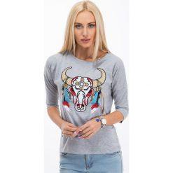 Jasnoszara bluzka z haftowaną aplikacją - głowa byka 3348. Szare bluzki z odkrytymi ramionami marki Fasardi, z aplikacjami. Za 19,90 zł.