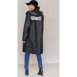 Płaszcze damskie pastelowe: NA-KD Trend Płaszcz przeciwdeszczowy z nadrukiem z tyłu – Black