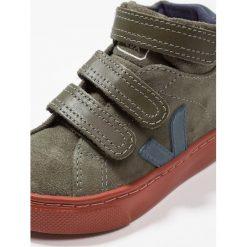 Veja ESPLAR MID SMALL Tenisówki i Trampki wysokie olive/nautico/rust. Zielone buty sportowe chłopięce marki Veja, z kauczuku. Za 369,00 zł.