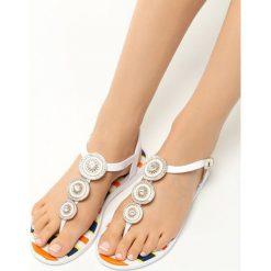 Białe Sandały Sweet Creature. Białe rzymianki damskie Born2be, z aplikacjami, z kauczuku, na płaskiej podeszwie. Za 39,99 zł.