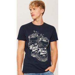 T-shirt z nadrukiem - Granatowy. Niebieskie t-shirty męskie z nadrukiem marki House, l. Za 35,99 zł.