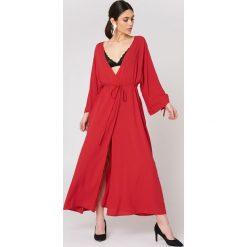 NA-KD Boho Sukienka z wiązanym rękawem - Red. Niebieskie długie sukienki marki NA-KD Boho, na imprezę, w koronkowe wzory, z koronki, boho, na ramiączkach. W wyprzedaży za 53,58 zł.
