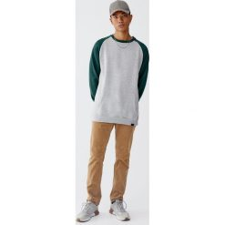 Bluza z kontrastowymi rękawami raglanowymi. Zielone bluzy męskie rozpinane Pull&Bear, m. Za 69,90 zł.