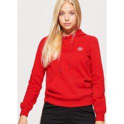 Bluza hoodie - Czerwony. Czerwone bluzy damskie marki Cropp, l. Za 69,99 zł.