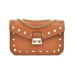 Skórzana torebka w kolorze koniaku - (S)22 x (W)15 x (G)7 cm. Brązowe torebki klasyczne damskie Akcesoria na sylwestrową noc, z materiału. W wyprzedaży za 209,95 zł.
