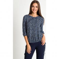 Granatowa bluzka bombka ze wzorem QUIOSQUE. Niebieskie bluzki longsleeves QUIOSQUE, z jeansu, biznesowe. W wyprzedaży za 99,99 zł.