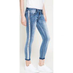 Answear - Jeansy By the way. Niebieskie jeansy damskie ANSWEAR, z bawełny, z obniżonym stanem. W wyprzedaży za 99,90 zł.