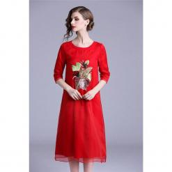 Sukienka w kolorze czerwonym. Czerwone sukienki marki Zeraco, z okrągłym kołnierzem, midi. W wyprzedaży za 349,95 zł.