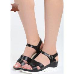Czarne Skórzane Sandały No Surprises. Czarne sandały damskie marki Born2be, z materiału, na koturnie. Za 109,99 zł.
