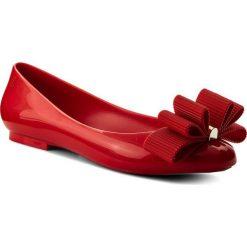 Baleriny MELISSA - Doll + Jason Wu Ad 32269  Red 01371. Czerwone baleriny damskie lakierowane Melissa, z tworzywa sztucznego, na płaskiej podeszwie. W wyprzedaży za 259,00 zł.