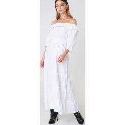 Debiflue x NA-KD Długa sukienka z odkrytymi ramionami - White. Niebieskie długie sukienki marki Reserved, z odkrytymi ramionami. Za 202,95 zł.