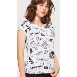 Koszulka z nadrukiem all over - Biały. Czerwone t-shirty damskie marki Cropp, l. Za 24,99 zł.