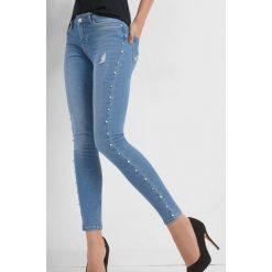 Jeansy z lampasami z pereł. Niebieskie jeansy damskie marki Orsay, z bawełny. Za 129,99 zł.