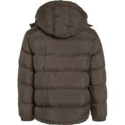 Timberland Kurtka zimowa kaki. Czerwone kurtki chłopięce zimowe marki Timberland, z materiału. W wyprzedaży za 391,20 zł.