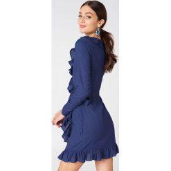 NA-KD Boho Kopertowa sukienka z długim rękawem i falbaną - Blue. Niebieskie sukienki boho marki NA-KD Boho, na imprezę, w koronkowe wzory, z koronki, na ramiączkach, mini. Za 121,95 zł.