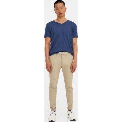 Spodnie typu chinos skinny fit. Brązowe chinosy męskie Pull&Bear. Za 119,00 zł.