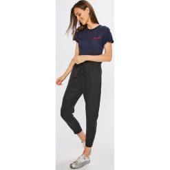 Tommy Jeans - Top. Szare topy damskie marki Tommy Jeans, l, z aplikacjami, z dzianiny, z okrągłym kołnierzem. W wyprzedaży za 129,90 zł.