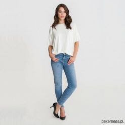 Bluzka W DRODZE biała z falbanką. Białe bluzki z falbaną marki Pakamera, z falbankami. Za 119,00 zł.
