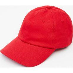 Czerwona czapka basic. Czerwone czapki z daszkiem męskie Pull&Bear. Za 39,90 zł.