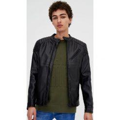 Kurtka w stylu biker ze sztucznej skóry. Czarne kurtki męskie marki Pull&Bear, ze skóry. Za 109,00 zł.