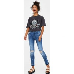 Jeansy skinny fit z przetarciami i brylancikami. Szare jeansy damskie marki Pull & Bear, okrągłe. Za 139,00 zł.