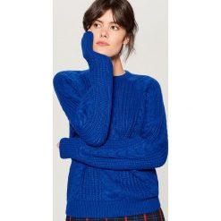 Sweter z warkoczowym splotem - Niebieski. Czerwone swetry klasyczne damskie marki Mohito, z bawełny. Za 119,99 zł.