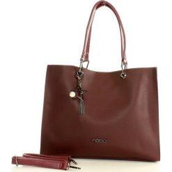 NOBO Designerska torebka miejska na ramię czerwony. Czerwone torebki klasyczne damskie Nobo, w paski, ze skóry, zdobione, z breloczkiem. Za 159,00 zł.