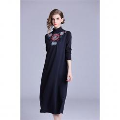 Sukienka w kolorze niebieskim. Niebieskie sukienki marki Zeraco, ze stójką, midi, proste. W wyprzedaży za 349,95 zł.