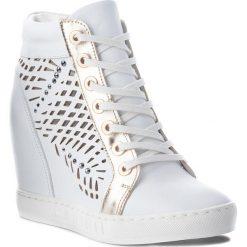 Sneakersy CARINII - B4350 G34-J16-000-B88. Białe sneakersy damskie Carinii, ze skóry. W wyprzedaży za 229,00 zł.
