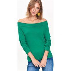 BLUZKA DZIANINOWA COLD SHOULDER W MODNYM KOLORZE. Zielone bluzki z odkrytymi ramionami Top Secret, z dzianiny, eleganckie. Za 29,99 zł.