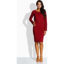 Długie sukienki: Dopasowana sukienka ze złotymi guzikami bordo