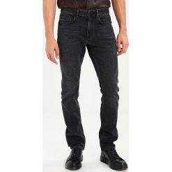 Calvin Klein DILLON Jeansy Slim fit howard black. Pomarańczowe jeansy męskie relaxed fit marki Calvin Klein, l, z bawełny, z okrągłym kołnierzem. W wyprzedaży za 329,40 zł.