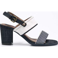Wrangler - Sandały. Szare sandały damskie na słupku marki Wrangler, z materiału. W wyprzedaży za 199,90 zł.