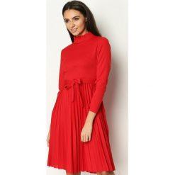 Czerwona Sukienka Forever. Niebieskie sukienki z falbanami marki bonprix, w paski, z bawełny, z dekoltem w serek, moda ciążowa, plisowane. Za 99,99 zł.